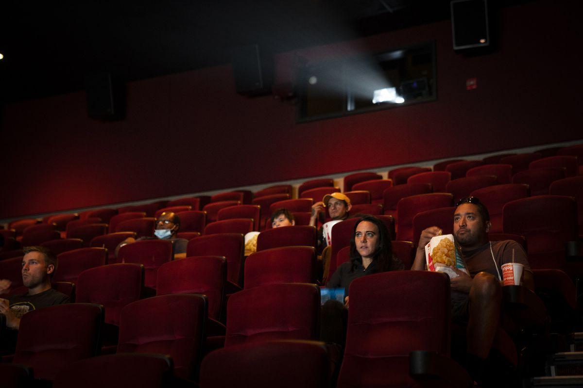 Американские кинотеатральные сети не будут требовать ношения масок у вакцинированных посетителей
