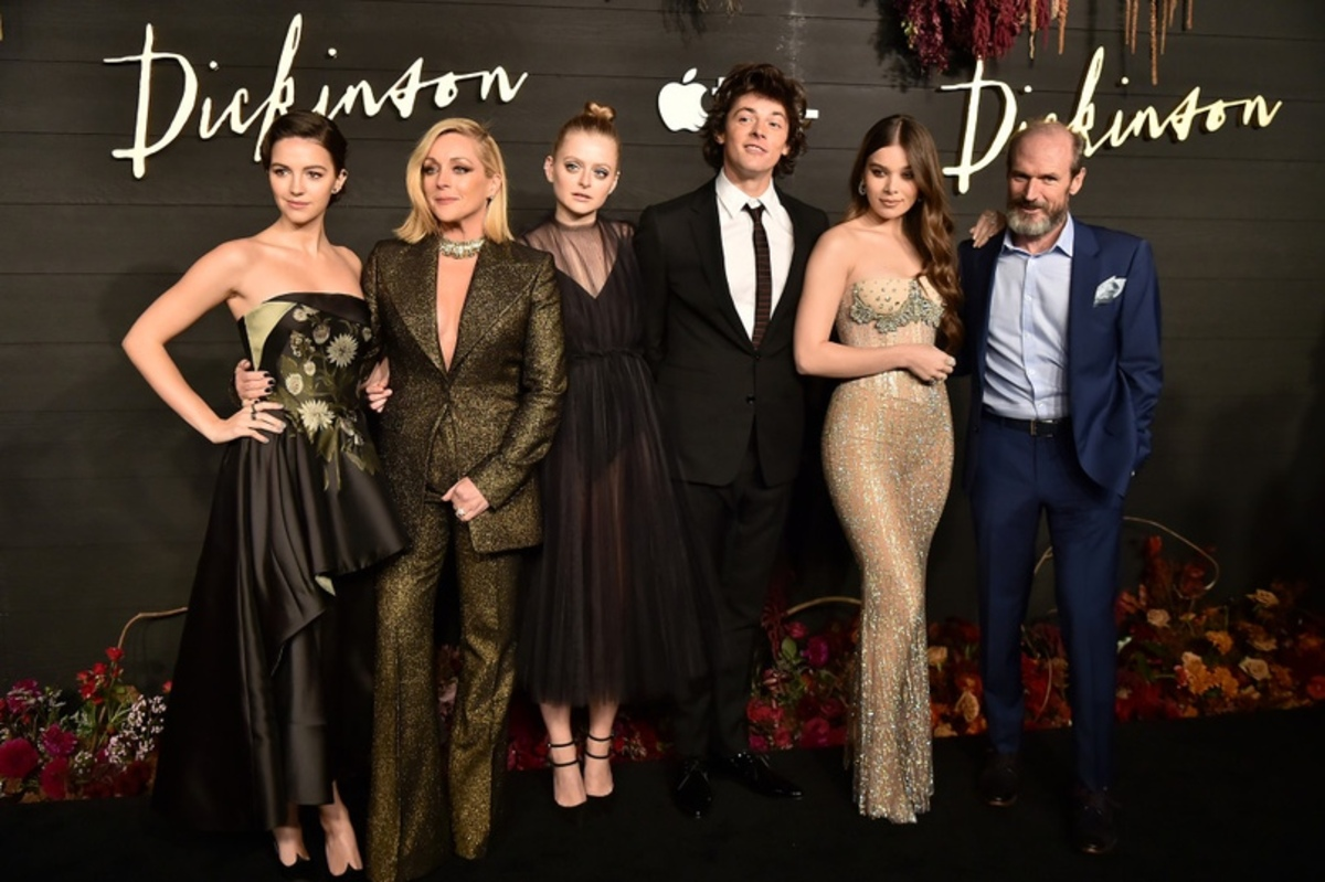 Apple TV+ продлил сериал «Дикинсон» с Хейли Стайнфелд на третий сезон еще до премьеры второго