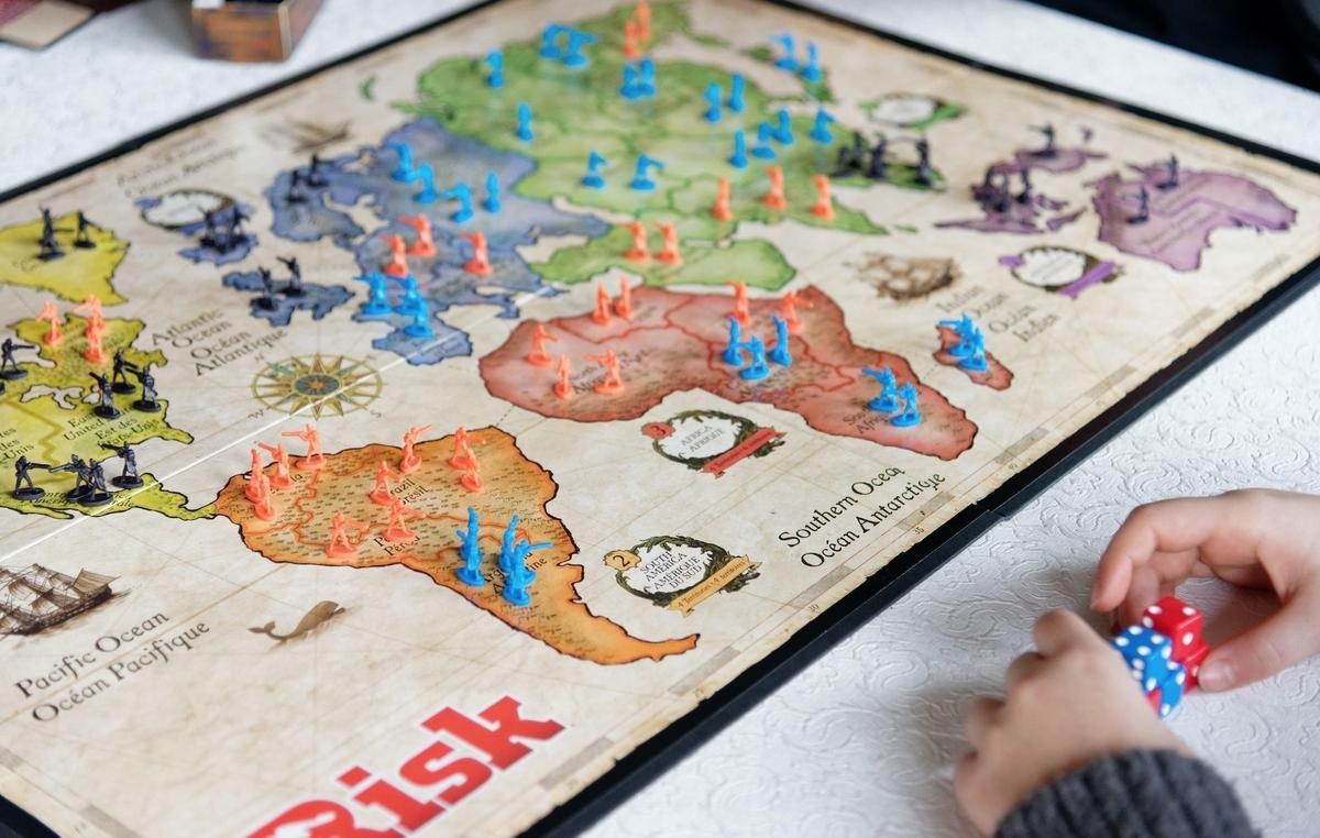 Создатель «Карточного домика» снимет телесериал «Риск» по одноименной настольной игре