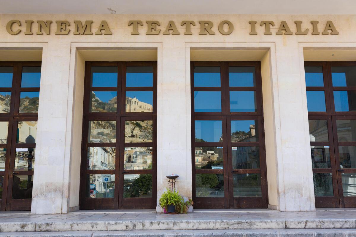 В Италии закрылись все кинотеатры на фоне роста подтвержденных случаев COVID-19