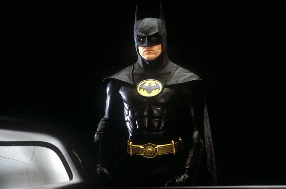 Майкл Китон в образе Бэтмена на официальном промо новой серии комиксов DC